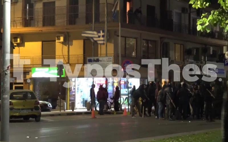 Αντιεξουσιαστές κατέβασαν ελληνική σημαία στη Θεσσαλονίκη (VIDEO)