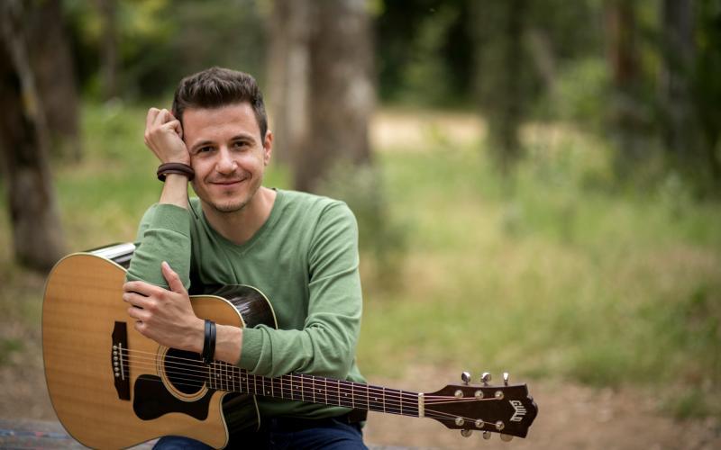 Θανάσης Σκαργιώτης: «Αναζητώ την αρχή μου από το δημοτικό τραγούδι» |  Typosthes