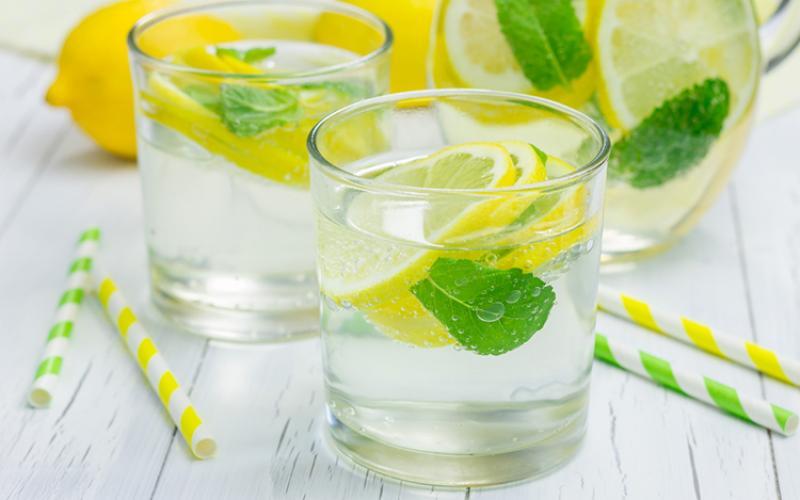 Μυστικό υγείας το νερό με λεμόνι κάθε πρωί - Τι «κερδίζετε»   Typosthes