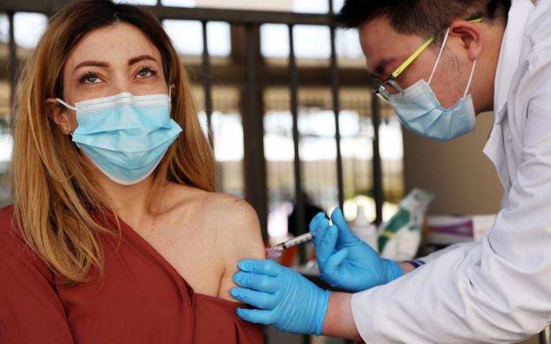 Κορoνοϊός – Εμβόλια: Μπορούν να μεταδώσουν τον ιό οι εμβολιασμένοι;